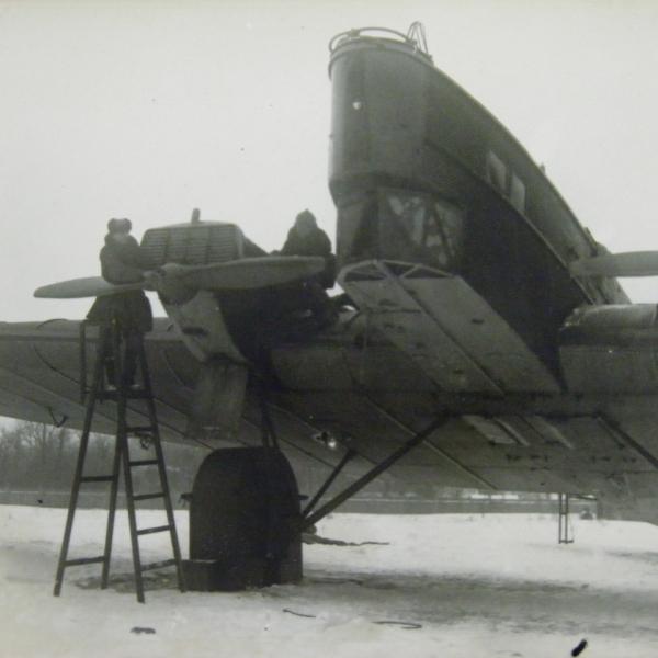 7.Техники осматривают ТБ-1 перед полетом.