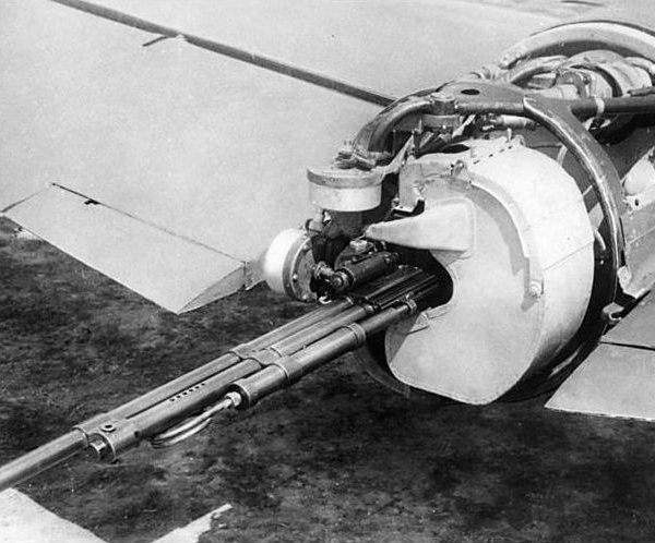 7.Установка ДЭУ-1 на Пе-2И со снятым капотом.
