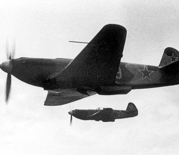 8.Пара Як-9У в полете.