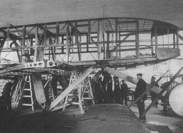 8.Сборка фюзеляжа самолета Святогор на заводе Лебедева.1916 г