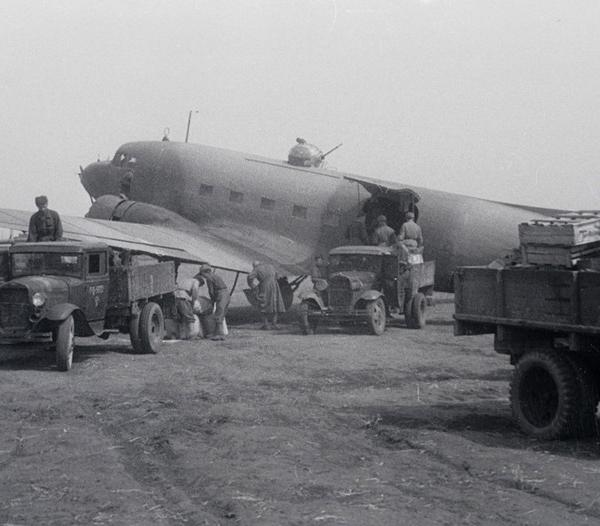 8.Транспортный самолет Ли-2, доставивший боеприпасы на передовые позиции. 29 апреля 1944 г.