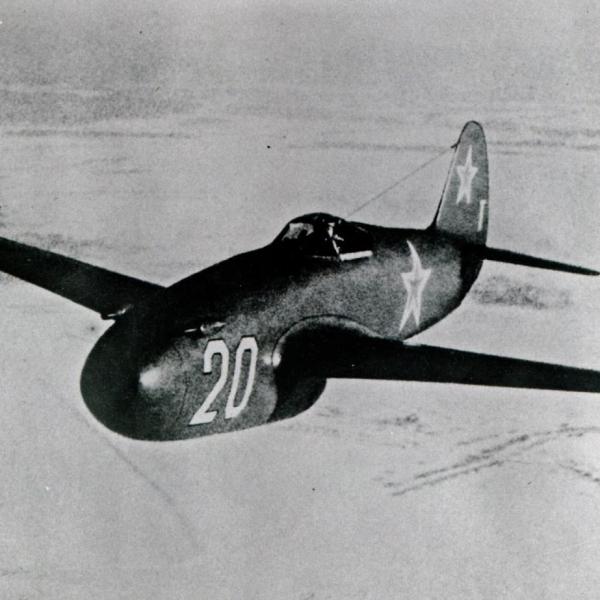 8.Як-15 в полете.