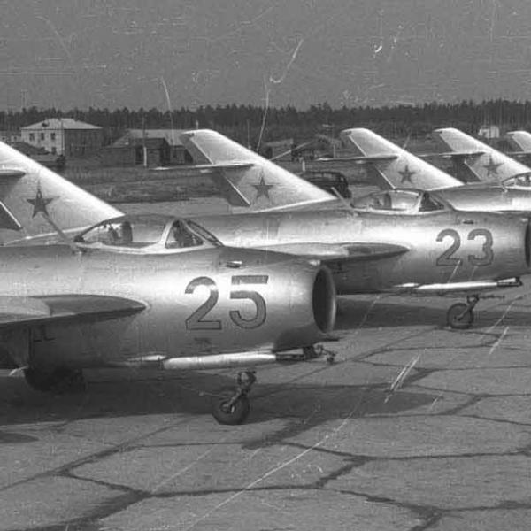 8а.Истребители МиГ-17 на стоянках. Аэродром Кубинка.