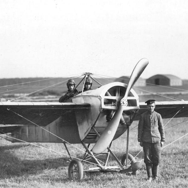 8а.Перед вылетом на Nieuport-IV. Гатчинская авиашкола. 1913 г.