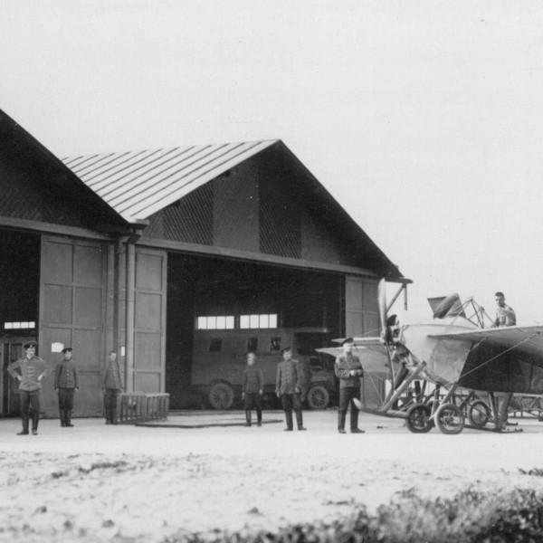 8б.Ньюпор у ангаров Гатчинского аэродрома. 1913 г.