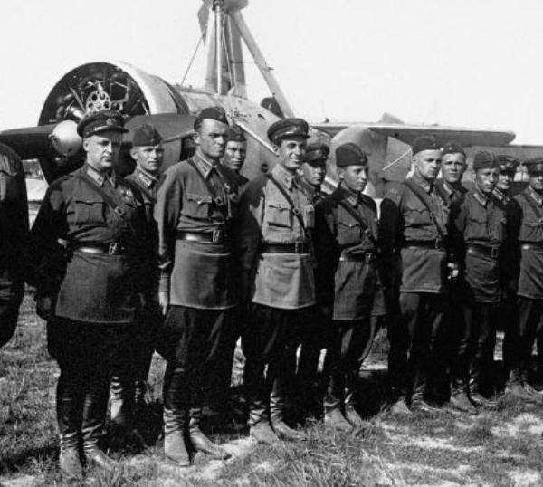 8в.Группа летчиков обучающихся на автожире А-7-3а. 1941 г.
