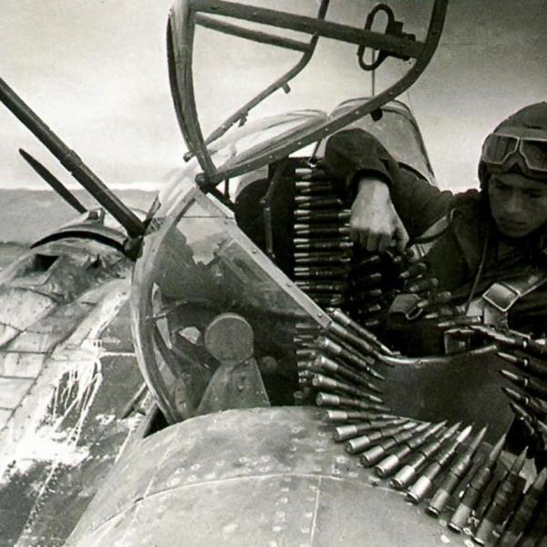 9а.Стрелок-радист Ил-4 загружает в самолет патронную ленту пулемета УБТ.