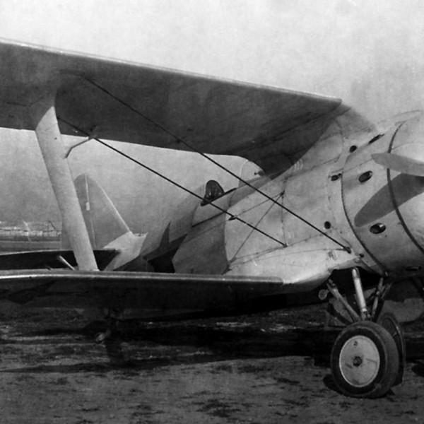И-153. Втулка воздушного винта самолета закрыта коком.