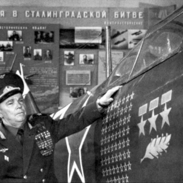 И.Н.Кожедуб у своего истребителя Ла-7.