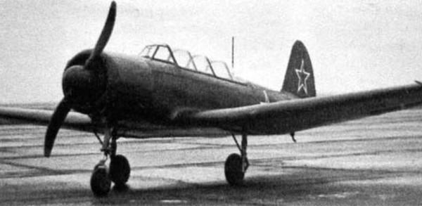 opytnyj-yak-18-s-motorom-m-12-osnashhennyj-eksperimentalnym-neubiraemym-shassi-s-perednej-oporoj