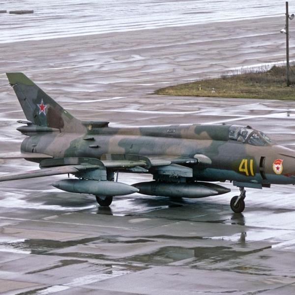 1.Истребитель-бомбардировщик Су-17М4 на рулежке.