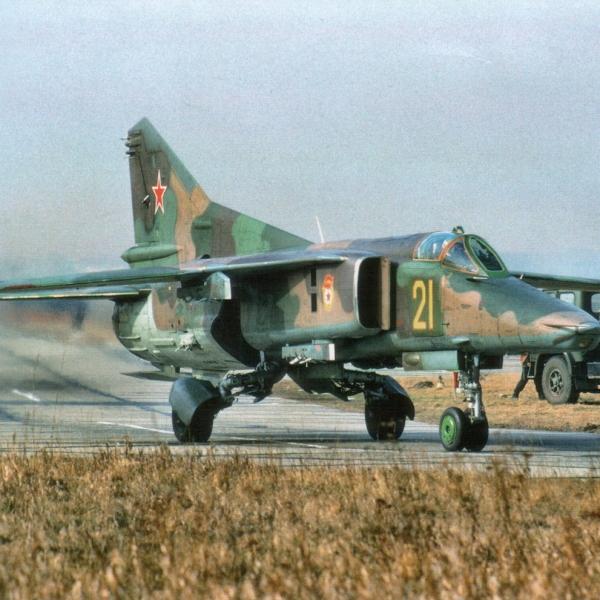 1.МиГ-27М на рулежке.