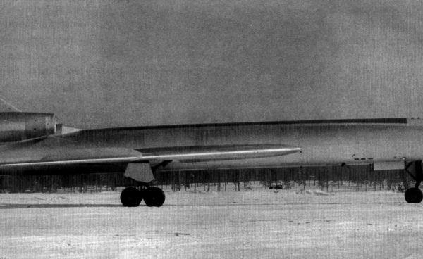 1.Опытный самолет 105 (прототип Ту-22).
