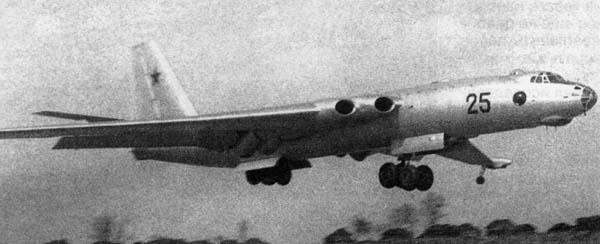 1.Опытный самолет М на взлете.