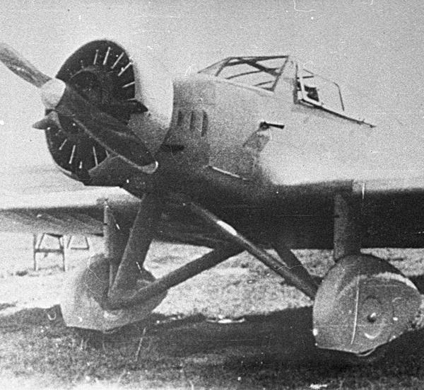 1.Самолет ЭМАИ-1 на стоянке.