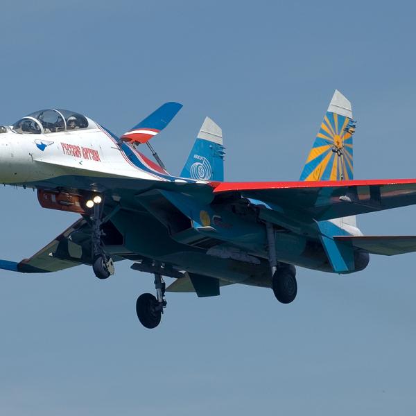 1.Су-27УБ из группы Русские Витязи заходит на посадку.