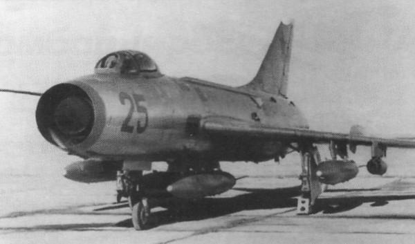 1.Су-7БМ с четырьмя ПТБ и двумя универсальными блоками реактивных орудий типа УБ-16.