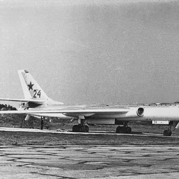 Ту-16П на стоянке.