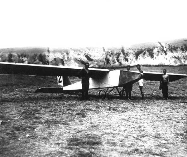 10.Группа планеристов у АВФ-20. Коктебель. Сентябрь 1927 г.