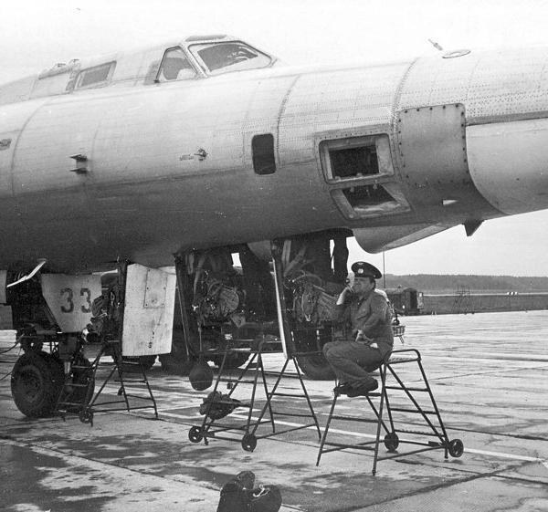 10.Самолет РЭБ Ту-22П. В ожидании экипажа.