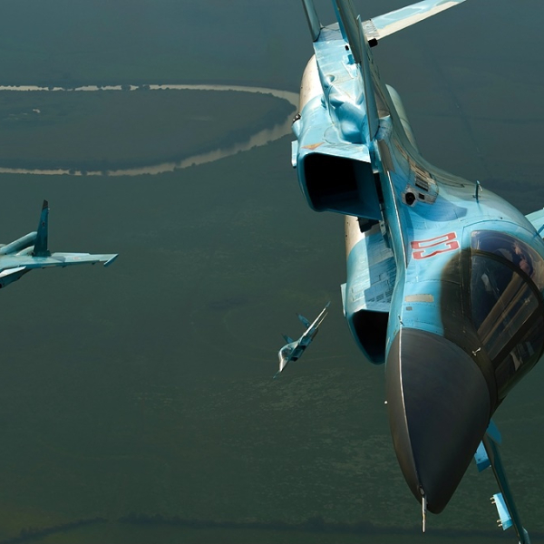 10.Звено Су-34 выполняет учебное задание.