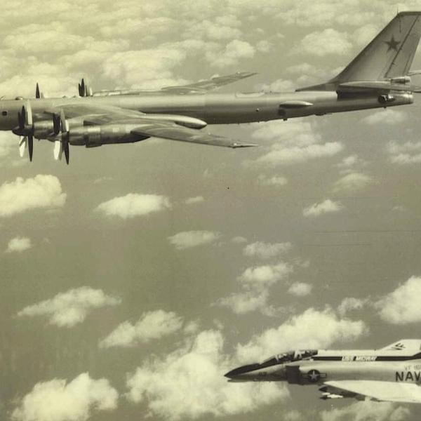 11.Истребитель США F-4 навязывает сопровождение Ту-95РЦ. 2