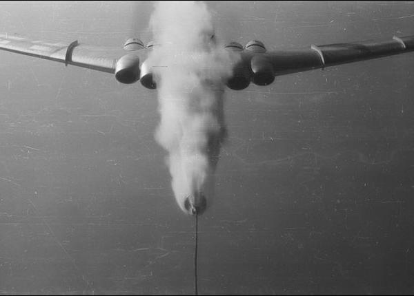 12.Один из эпизодов дозаправки в воздухе самолета типа 3М. Расцеп.