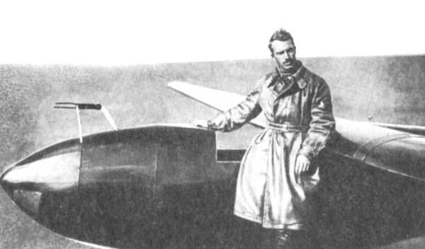 2.Лётчик В.А.Степанченок рядом с СК-3.