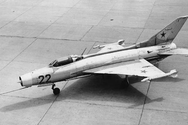 2.МиГ-21Ф (E-6-2) с консольной подвеской УР К-13.