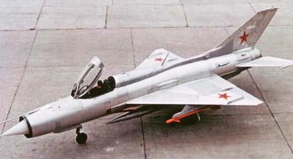 2.Один из первых серийных МиГ-21ПФ