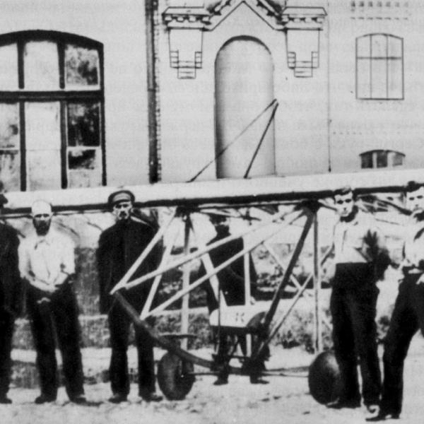 2.Планеристы у планера КПИР-3. Второй справа - С.Королев. Август, 1925 г.