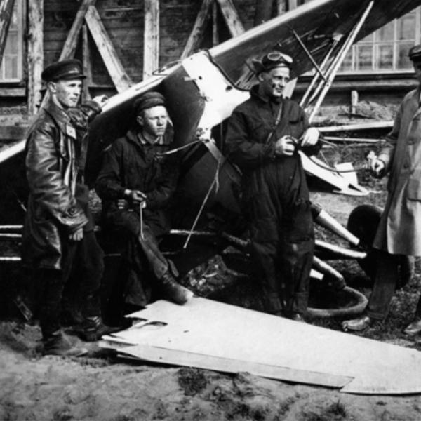 2.У самолета СК-4 после аварии. Крайний справа С.П.Королев. 1931 г..