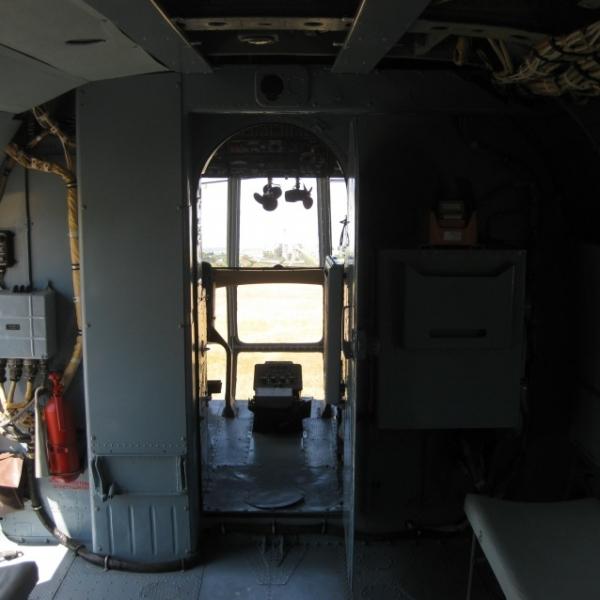 22.Вид на пилотскую кабину из грузовой. Ми-8Т.