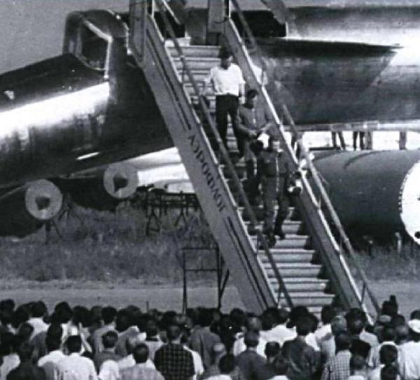 2а.Встреча летчиков-испытателей после первого полета.
