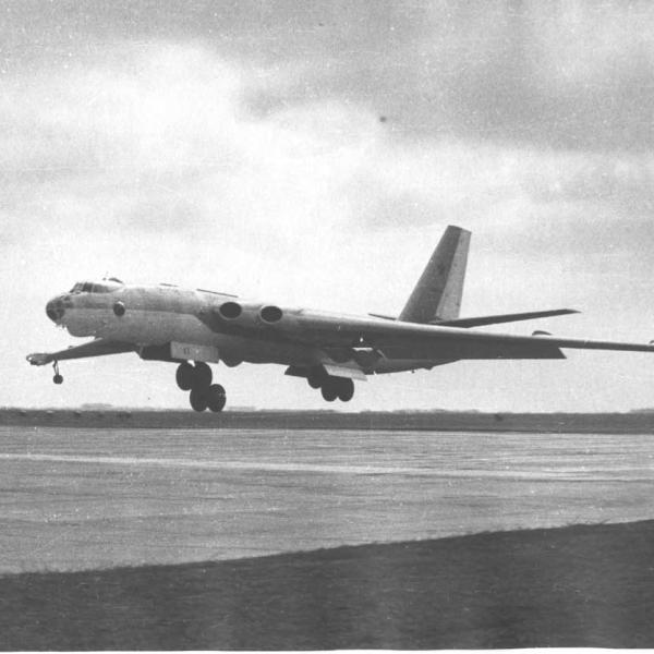 2в.М-4 заходит на посадку.
