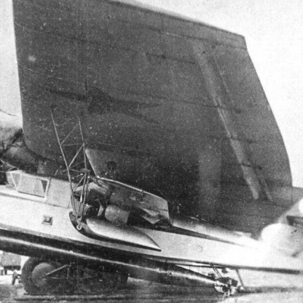 2в.ПСН № 5 с подвешенной торпедой под крылом самолета-носителя ТБ-3.