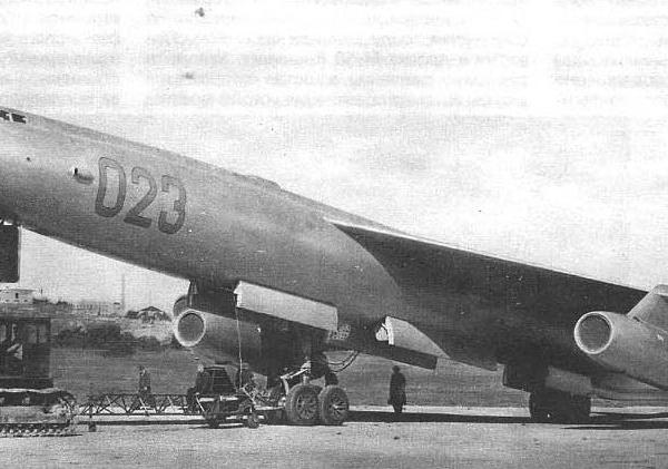 3.М-50А буксируют на старт перед первым вылетом.