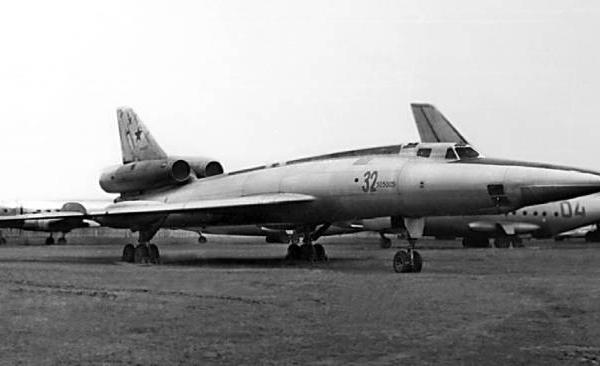 3.Самолет 105 на стоянке авиамузее.
