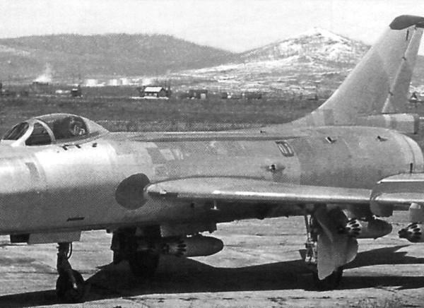 3.Су-7БКЛ с шестью блоками УБ- 16-57У.