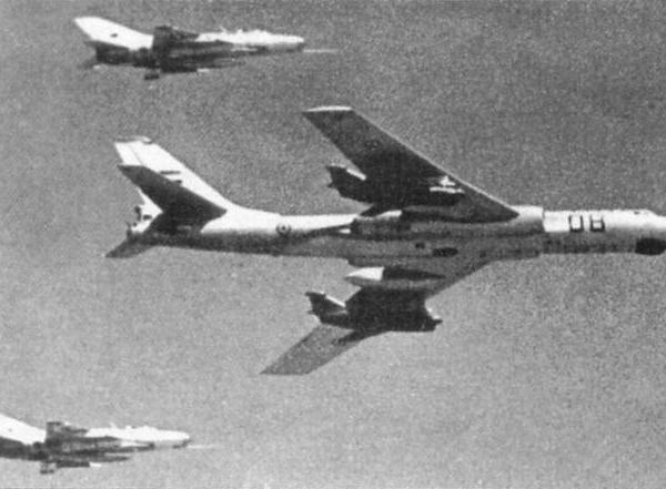 3.Ту-16КС ВВС Египта в сопровождении пары МиГ-21.