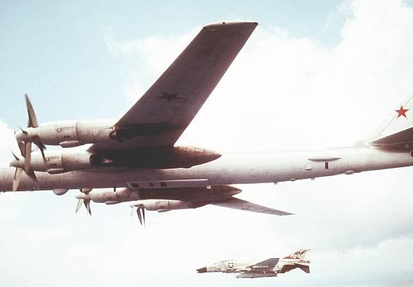 3.Ту-95МР-2 в полете. На 2-м плане американский F-4.