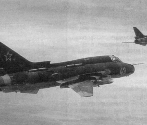 3а.Пара Су-17М4 в полете.