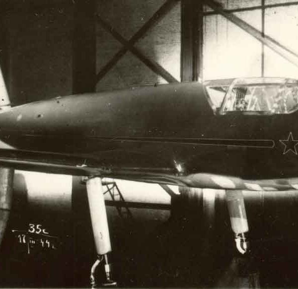 4.Самолет 302П на нивелировании.