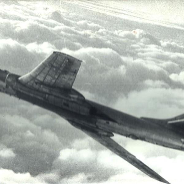 4.Ту-16П в полете.