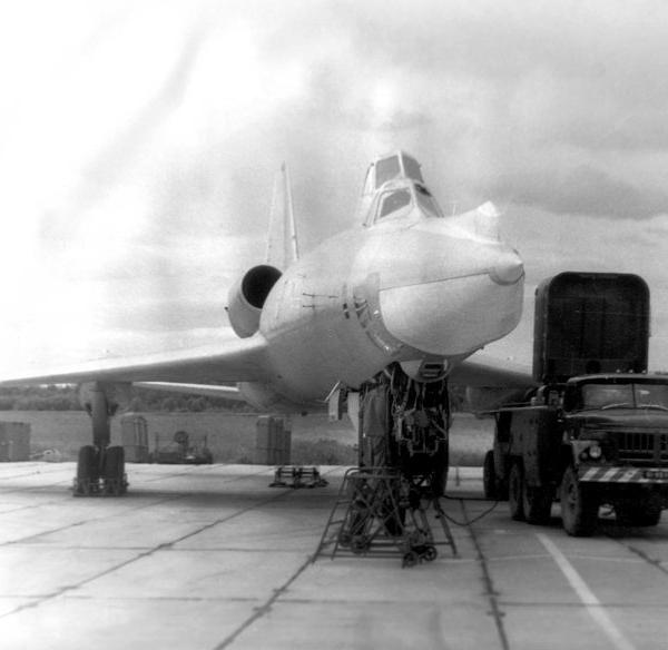 4.Ту-22У готов к запуску. Рядом с самолетом АПА-50.