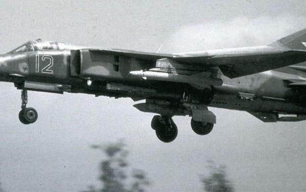 4а.МиГ-27К заходит на посадку.