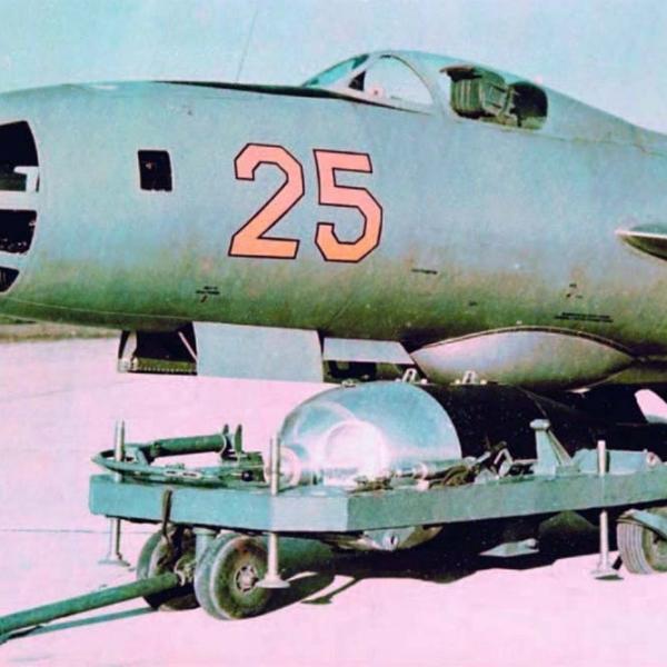 5.Макет бомбы РДС-4 возле Як-125Б