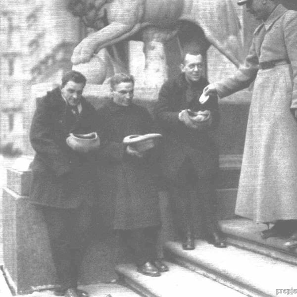5.В.П.Чкалов (по середине) с братьями Зархи собирают (подаяния) на постройку авиетки.