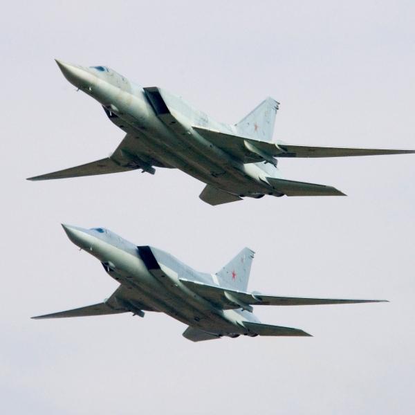 5а.Пара Ту-22М3 в полете.