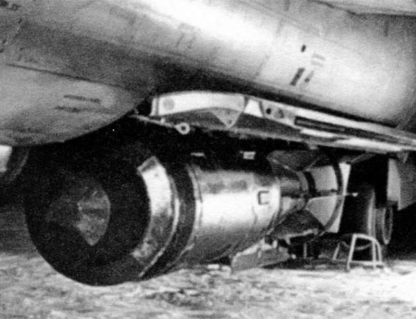 6.Фугасная бомба ФАБ-1500 М54 под фюзеляжем Як-125Б